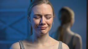 绝望年轻女性哭泣的特写镜头,青春期年龄消沉,恶习问题 股票视频