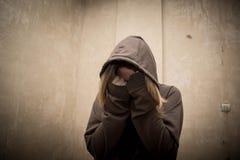 绝望的吸毒者审阅瘾危机的,年轻人画象有药物依赖性的 免版税图库摄影