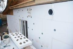 绝缘材料有聚苯乙烯泡沫塑料绝缘材料的议院墙壁覆盖室外 与泡沫板的墙壁绝缘材料 免版税库存图片