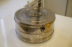 绝育容器-材料和医疗仪器的绝育的金属箱子在蒸汽消毒器 库存图片