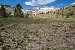 绞的土足迹带领更加进一步入沿20个湖盆地足迹远足的山在加利福尼亚内华达山东部 免版税图库摄影