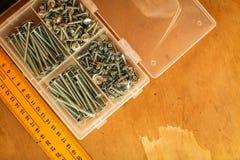统治者和自动攻丝螺杆顶视图家庭大师的 由一` s的修理拥有手 图库摄影