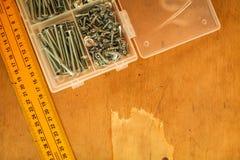 统治者和自动攻丝螺杆顶视图家庭大师的 由一` s的修理拥有手 库存照片