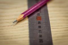 统治者和铅笔在木背景 部分标号 木匠` s车间 工作木匠 库存照片