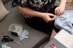绣一件手工制造礼服的妇女 今天,剪裁可以叫作为一个艺术性的行业 免版税库存图片