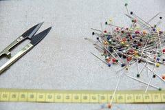 绣一件手工制造礼服的妇女 今天,剪裁可以叫作为一个艺术性的行业 库存图片