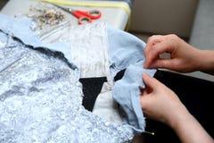 绣一件手工制造礼服的妇女 今天,剪裁可以叫作为一个艺术性的行业 库存照片