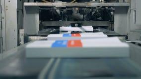 继续前进一台传动机的许多书在印刷品办公室,现代技术 影视素材