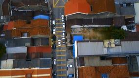 继续前进在红瓦顶中的汽车交叉路在乔治城市的历史部分在槟榔岛海岛,马来西亚上的 通风 股票录像