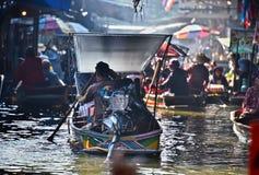 继续前进在Damnoen Saduak浮动市场上的游人小船 图库摄影
