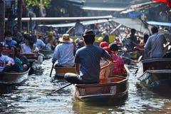 继续前进在Damnoen Saduak浮动市场上的游人小船 库存照片