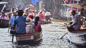 继续前进在Damnoen Saduak浮动市场上的游人小船 免版税库存照片