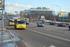 继续前进在Volokolamskoye高速公路的两辆黄色小巴分配的小条 莫斯科 图库摄影