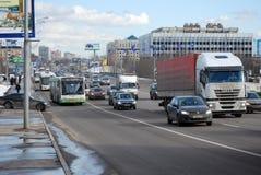 继续前进在Volokolamskoye高速公路的伏尔加河地区公共汽车的当地人分配的小条 莫斯科 图库摄影
