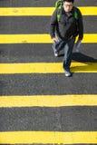 继续前进斑马行人穿越道的人们在香港 免版税库存照片