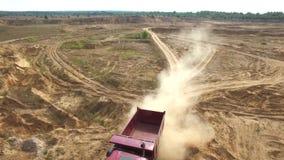 继续前进有森林的红色翻斗车特写镜头沙子路背景的在夏日 ?? ?? 影视素材