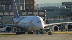 继续前进滑行道的泰航空中客车A380用拖车 股票视频