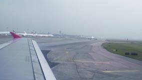 继续前进离开的飞机跑道机场在天空视图从窗口 从窗口的飞机空运,当驾驶时 影视素材