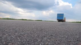 继续前进空的高速公路的两辆卡车低角度视图晴朗的夏日 运输货物的货物半卡车  影视素材