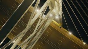 继续前进缆绳的汽车停留了桥梁与点燃在河的夜在现代城市 影视素材
