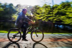 继续前进自行车的男孩 免版税图库摄影