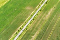 继续前进路的汽车鸟瞰图 公路交通概念背景 库存照片