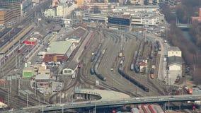 继续前进铁路的火车顶视图在繁忙的火车站 股票视频
