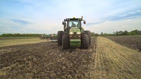 继续前进领域的农业拖拉机 耕种农业领域 影视素材