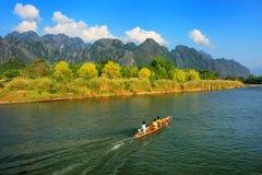 继续前进Nam歌曲河的汽艇在Vang Vieng,万象Prov 库存图片