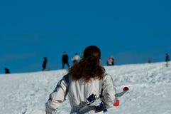 继续小山的妇女滑雪 免版税库存图片