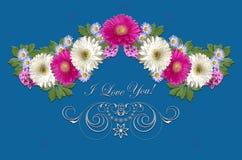 绯红色和白色大丁草、小紫色翠菊和白色装饰品与招呼我爱你在蓝蓝背景 免版税库存图片