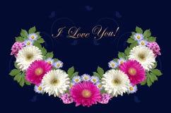 绯红色和白色大丁草、小紫色翠菊和金子招呼我爱你在深蓝背景 免版税库存图片