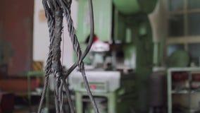 绳子全景与古老绞盘勾子的在车间 股票录像