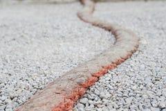 绳索作为在石渣路的一个减速块 图库摄影