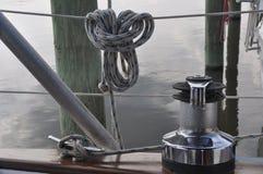 绳索和一个磁夹板在风船 免版税库存图片