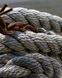 绳索和生锈的链海洋在背景中 库存图片
