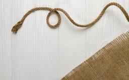 绳索和粗麻布在白色桌上的织品布料 免版税图库摄影