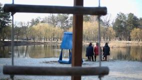 绳索摇摆在公园 慢动作240fps 股票视频