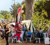 绳索特技表演者显示访客对在绳索的骑士` s节日展示在戈伦公园在以色列 免版税库存图片