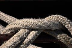绳索被打结在码头 使用系船柱 安全捆绑 免版税库存照片