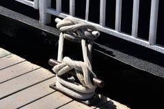 绳索被打结在码头 使用系船柱 免版税库存照片