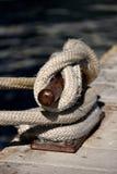 绳索被打结在码头 使用系船柱 免版税库存图片