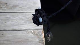 绳索附加对码头 免版税库存照片