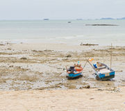 绳索附加对在海滩的一个渔船。 免版税库存图片