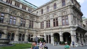 维也纳国家歌剧院房子在与人的一个夏日前景的 免版税图库摄影