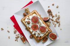 维也纳薄酥饼用乳清干酪,胡说和新鲜的无花果 库存图片