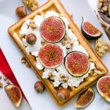 维也纳薄酥饼用乳清干酪,胡说和新鲜的无花果 免版税库存图片