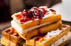 维也纳薄酥饼用莓果果酱 库存图片