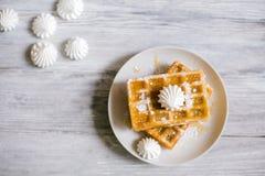 维也纳薄酥饼用蜂蜜和搽粉的糖 库存图片