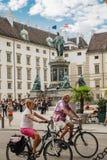 维也纳,奥地利- 2019年9月,15日:在纪念碑前面的骑自行车的人夫妇对弗朗茨二世在庭院里被包围  免版税库存照片